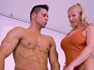 XCafe Porno - Ardent Italian Nympho Lara De Santis Lures Bodybuilder For Hot Fuck